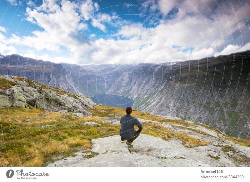 Paar Touristen, die vor erstaunlicher Aussicht stehen Lifestyle schön Ferien & Urlaub & Reisen Tourismus Ausflug Abenteuer Freiheit Sommer Berge u. Gebirge