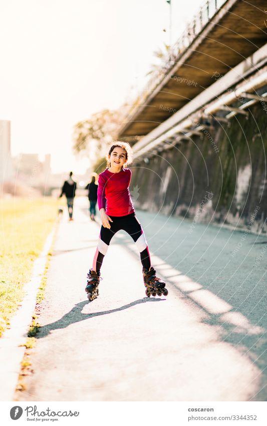 Kind Mensch Sommer Stadt schön grün rot Freude Mädchen Straße Lifestyle gelb feminin Sport Bewegung Glück