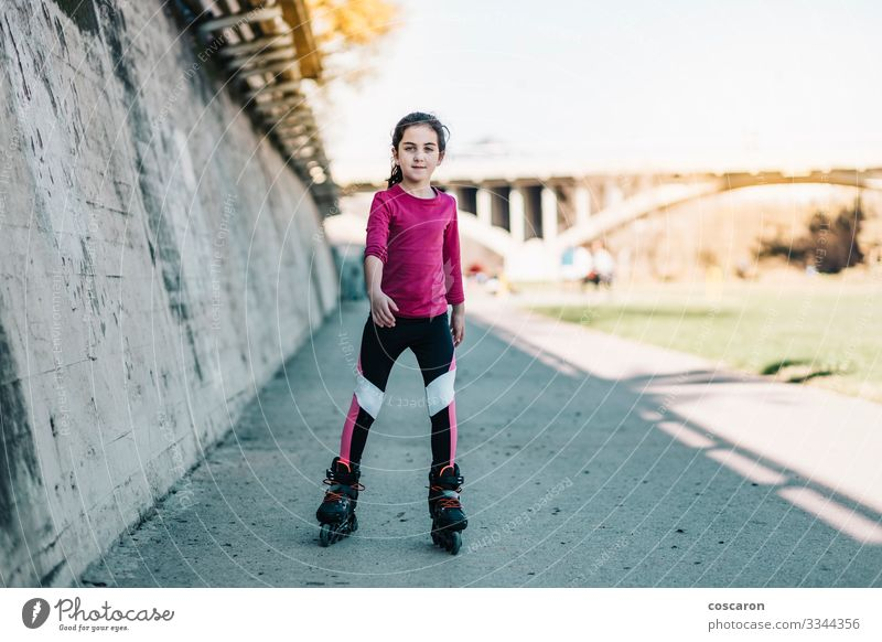 Kind Mensch Sommer Stadt schön grün Freude Mädchen Gesundheit Straße Lifestyle Leben Wand feminin Sport Gefühle