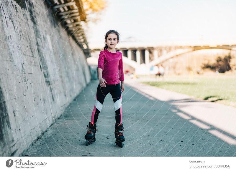 Kleine Schlittschuhläuferin, die an einem sonnigen Tag auf einem Park Schlittschuh läuft Lifestyle Freude Glück schön Gesundheit Wellness Leben Freizeit & Hobby
