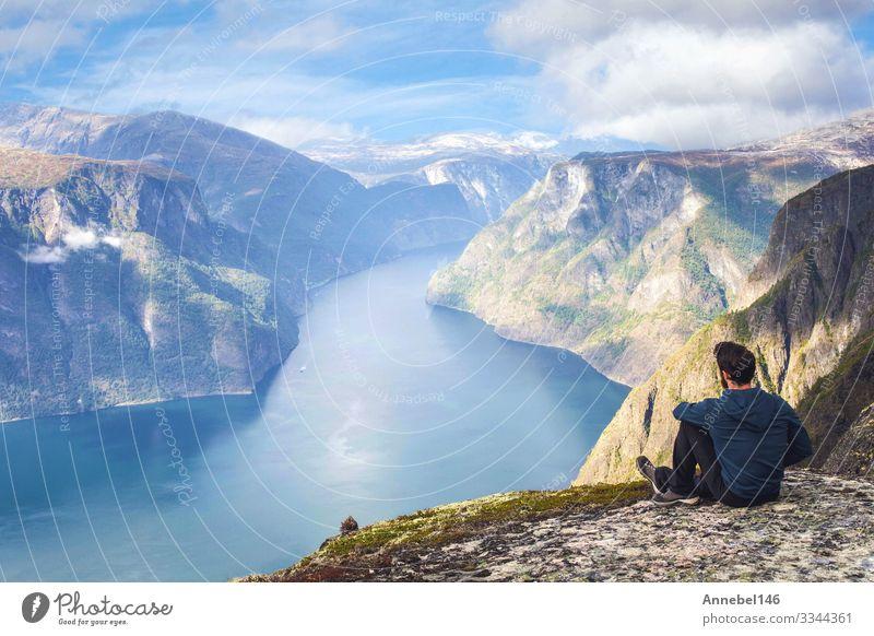 Mann sitzt allein auf der Klippe und genießt die Luftaufnahme mit dem Rucksack Lifestyle Ferien & Urlaub & Reisen Tourismus Ausflug Abenteuer Freiheit Meer