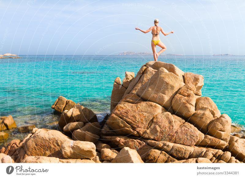 Frau, die am Strand Yoga praktiziert. Lifestyle schön Körper Leben harmonisch Erholung ruhig Meditation Freizeit & Hobby Ferien & Urlaub & Reisen Sommer Sonne