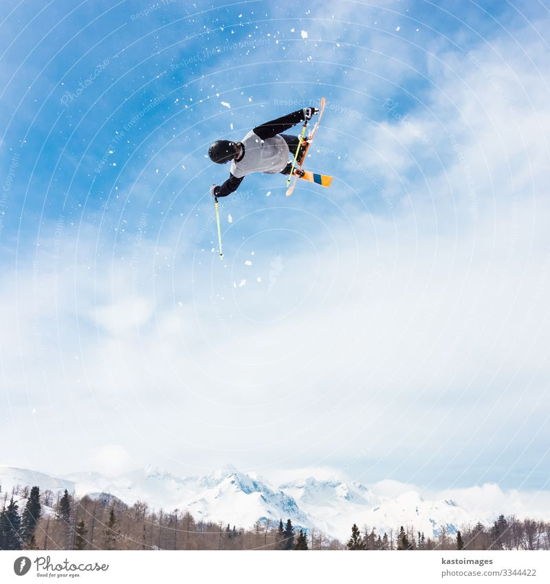 Freestyle-Skifahrer. Lifestyle Freude Erholung Abenteuer Winter Schnee Berge u. Gebirge Sport Natur Park Alpen Bewegung springen Geschwindigkeit blau weiß Mut