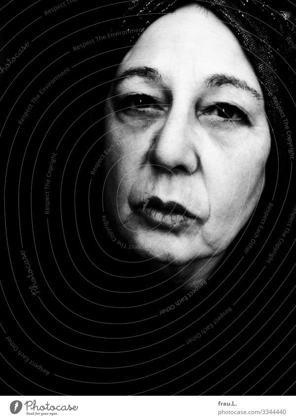 Blass Mensch feminin Frau Erwachsene Gesicht 1 60 und älter Senior alt Blick ästhetisch außergewöhnlich einzigartig Turban Denken träumen Bogensehne Exentrisch