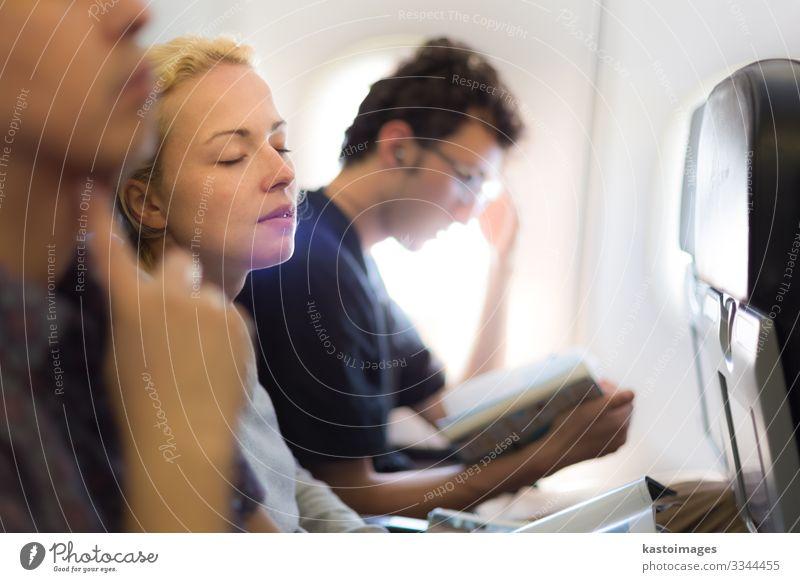 Menschen, die mit dem Flugzeug fliegen. Ferien & Urlaub & Reisen Tourismus Ausflug Stuhl Wirtschaft Business Luftverkehr Frau Erwachsene Hütte Verkehr Fluggerät