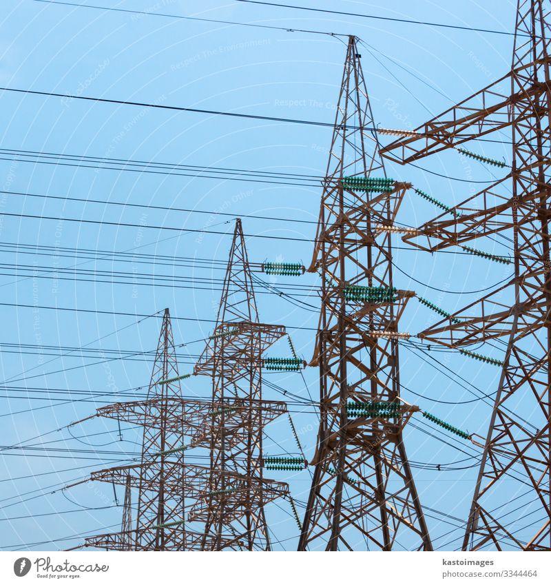 Hochspannungs-Strommasten. Fabrik Industrie Energiewirtschaft Technik & Technologie Erneuerbare Energie Umwelt Pflanze Himmel Architektur Metall Stahl Linie