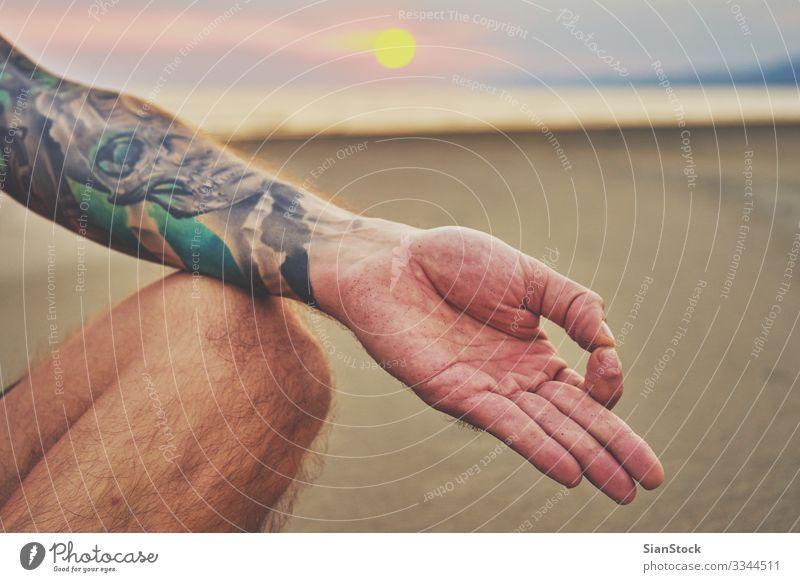 Frau, die Yoga in verschiedenen Posen praktiziert (Asana) Lifestyle schön Körper Wellness harmonisch Erholung Meditation Sommer Strand Meer Sport Mensch