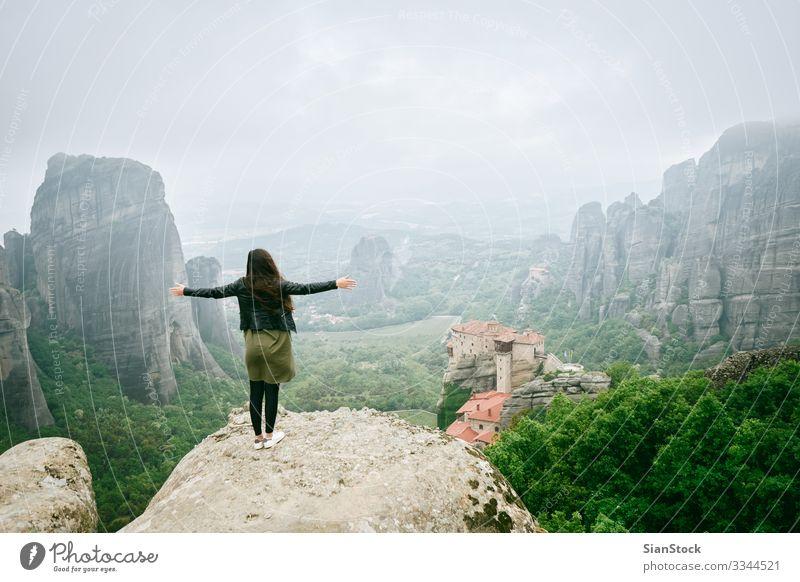 Mädchen genießt die Aussicht auf großen und hohen Felsen in Meteora, Griechenland schön Ferien & Urlaub & Reisen Tourismus Sommer Berge u. Gebirge wandern Frau