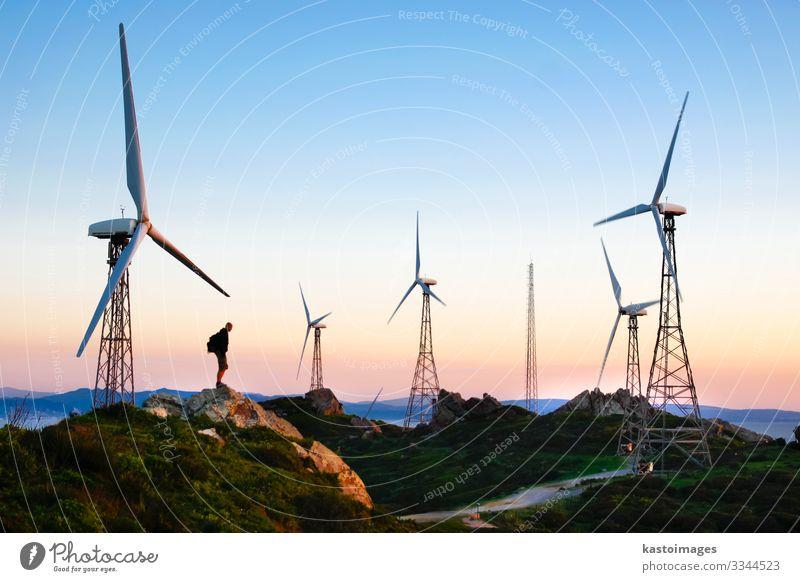 Windpark im Sonnenuntergang Industrie Technik & Technologie Energiewirtschaft Erneuerbare Energie Windkraftanlage Mensch Mann Erwachsene Umwelt Natur Landschaft