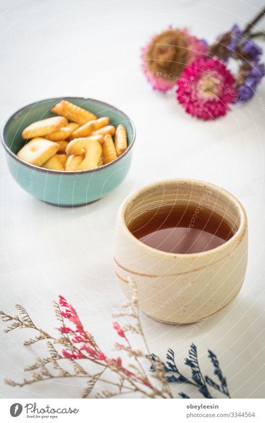 Tasse Tee auf Holzgrund Frühstück Getränk Tisch Wärme frisch heiß natürlich braun rot schwarz Tradition schäumend. Verdunstung organisch Glas Teetrinken