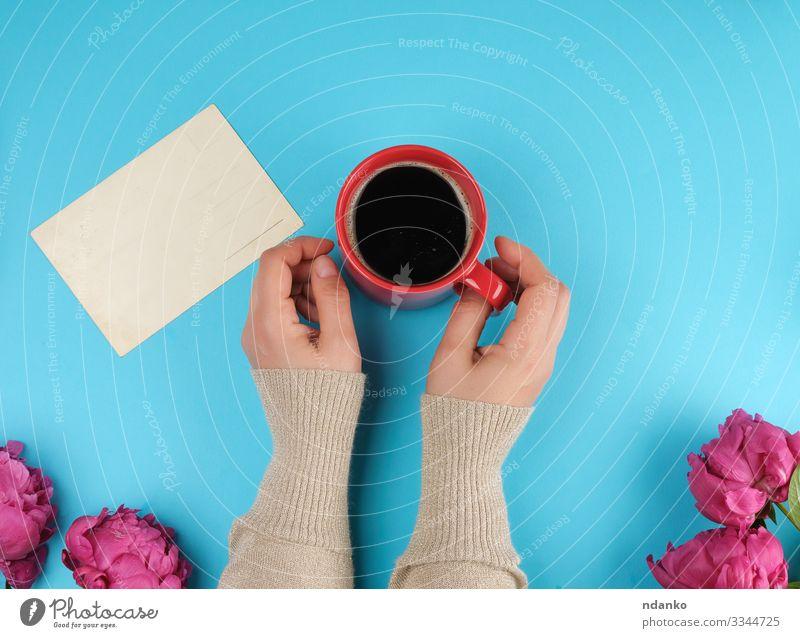 rote Kaffeesahne-Tasse mit schwarzem Kaffee Frühstück Kaffeetrinken Getränk Heißgetränk Becher Design schön Sommer Dekoration & Verzierung Feste & Feiern Hand