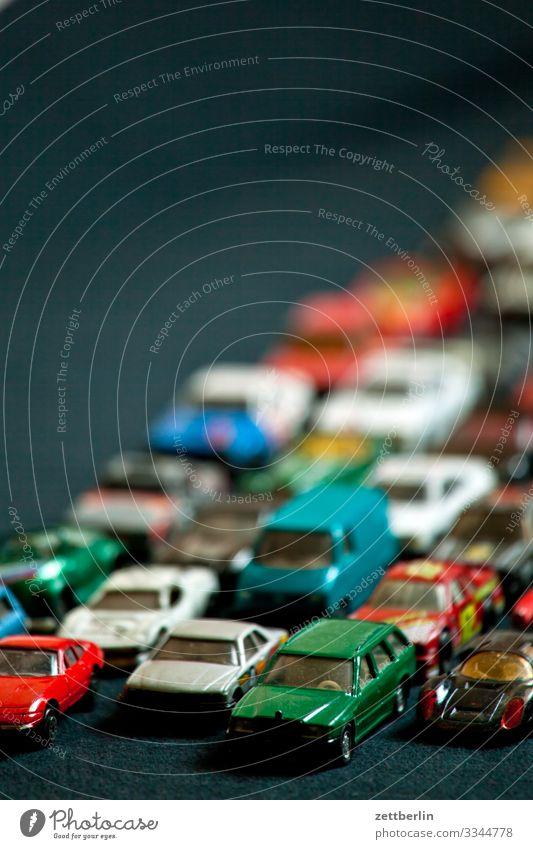 Stau PKW fahren masse Menschenmenge Nachbildung Reihe Spielzeug Spuren Verkehrsstau stehen Straße Straßenverkehr Geschwindigkeit viele voll überfüllt
