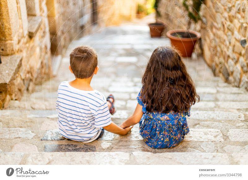 Zwei kleine Kinder, die an einem Sommertag ihre Hände halten. Lifestyle Freude Glück schön Erholung Freizeit & Hobby Ferien & Urlaub & Reisen Sommerurlaub