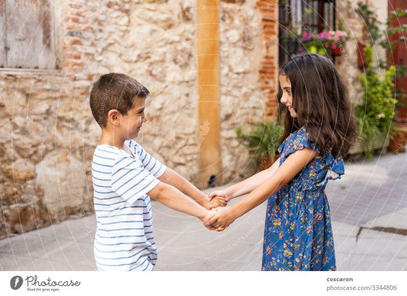 Kind Mensch Ferien & Urlaub & Reisen Sommer blau schön Landschaft Hand Freude Lifestyle Liebe feminin Gefühle Familie & Verwandtschaft Glück Junge