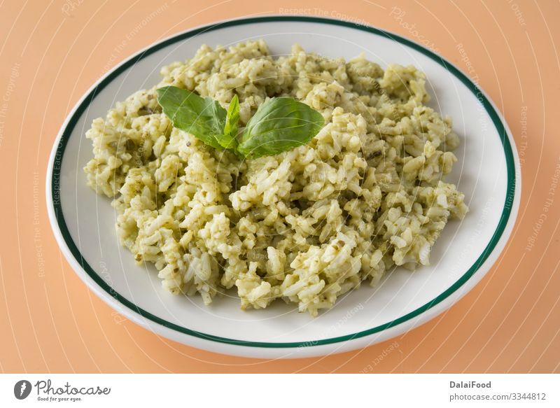 Traditionelles mexikanisches Arroz Verde Mittagessen Vegetarische Ernährung Teller Basilikum brauner Hintergrund Koriander kochen & garen ecuatorianischer Reis