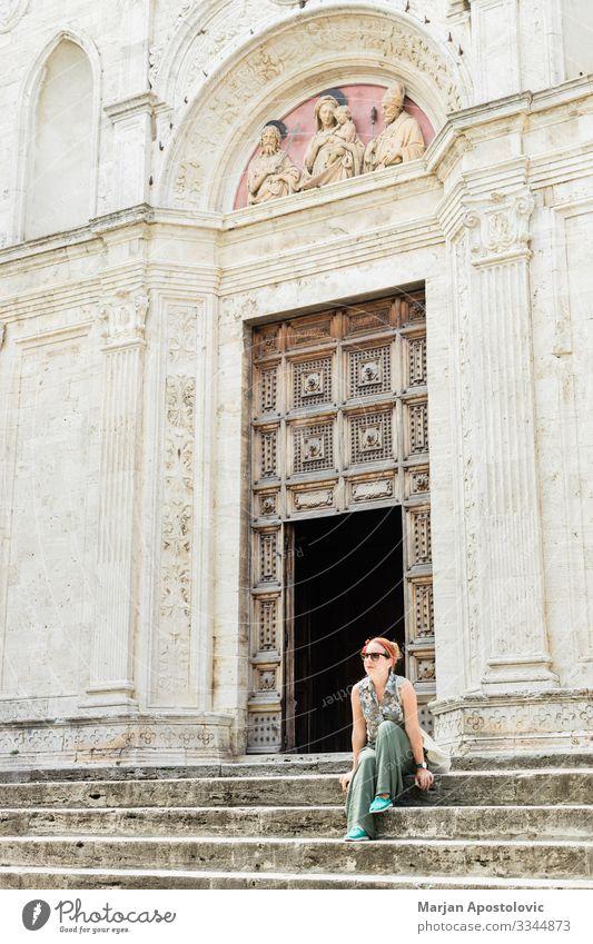 Junge Frau auf Kirchenstufen in der italienischen Altstadt Lifestyle Ferien & Urlaub & Reisen Tourismus Ausflug Sightseeing Städtereise Mensch feminin