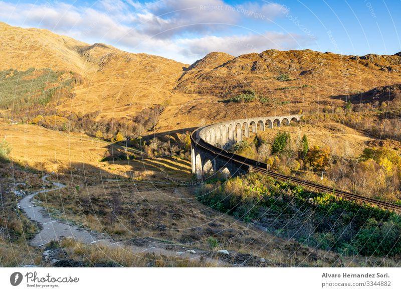 Glenfinnan Viaduct Natur Landschaft Himmel Wolken Sonnenlicht Sommer Herbst Schönes Wetter Wärme Wiese Gipfel Menschenleer Bahnhof Brücke Sehenswürdigkeit