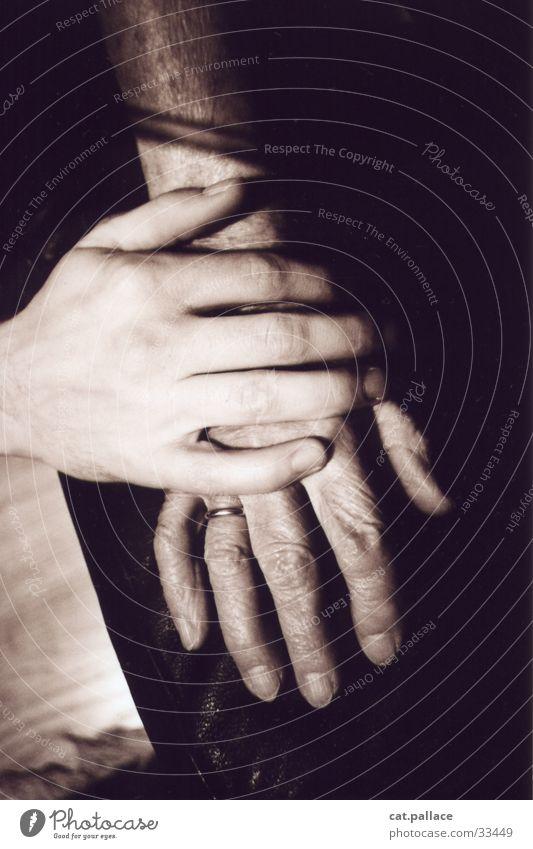 Hände Mensch Hand alt schwarz braun Haut Finger nah weich festhalten