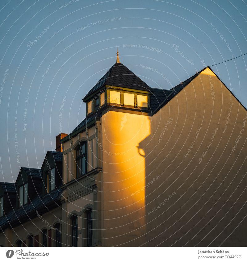 Abendsonne aus leerer Hausfassade Chemnitz Deutschland Dämmerung Sachsen Fassade Fassaden Sonnenlicht Abendlicht Abendstimmung Dach Wohnhaus Blauer Himmel