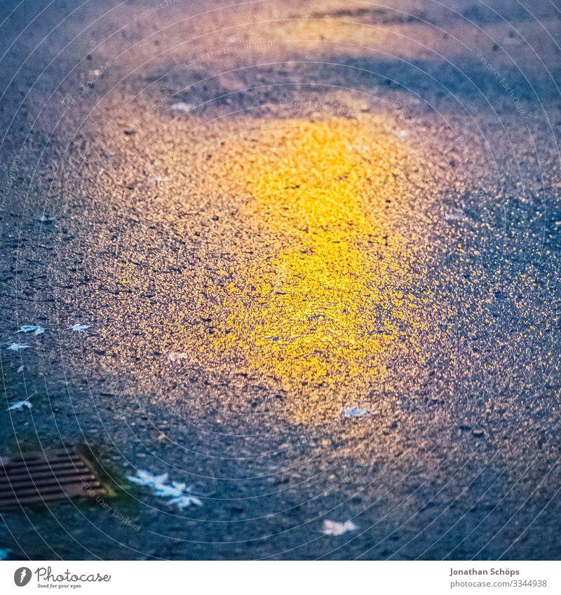 Reflexion einer Laterne auf dem Asphalt Dämmerung dunkel straße Reflexion & Spiegelung orange gelb nass Herbst Abendstimmung Nachtstimmung nacht