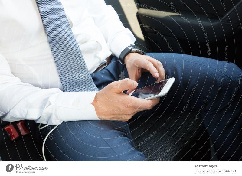 Nahaufnahme eines Geschäftsmannes, der ein mobiles Smartphone im Auto benutzt. lesen Dekoration & Verzierung Arbeit & Erwerbstätigkeit Business Telefon PDA
