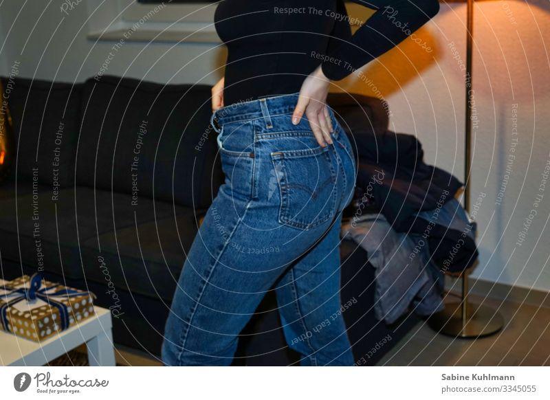 Girl feminin Junge Frau Jugendliche Erwachsene Gesäß 1 Mensch 18-30 Jahre Bekleidung Hose Jeanshose laufen dünn Zufriedenheit Geburtstagsgeschenk Farbfoto