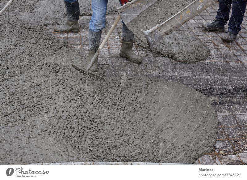 Arbeiter, die nassen Beton mit Hilfe eines Betonkübels gießen. Arbeit & Erwerbstätigkeit Baustelle Industrie Business Gebäude Straße Stahl bauen Zementmischung