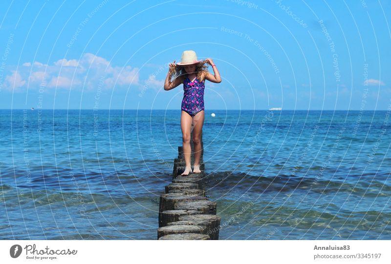 Alleine am Meer Mensch feminin Kind Mädchen Junge Frau Jugendliche Schwester Kindheit 1 3-8 Jahre Wasser Sonne Sonnenlicht Sommer Schönes Wetter Wärme Wellen