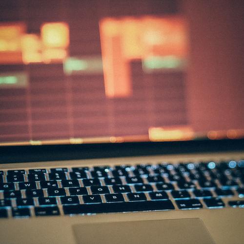 Digitaler Kalender auf dem Notebook-Bildschirm im Homeoffice Büro heimwärts Business Design modern Technik & Technologie Computer Schreibtisch Innenbereich