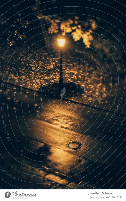 Straßenlaterne bei Nacht im Herbst aus Vogelperspektive Regen dunkel düster Laterne laub Licht Lampe Außenaufnahme Straßenbeleuchtung Abend