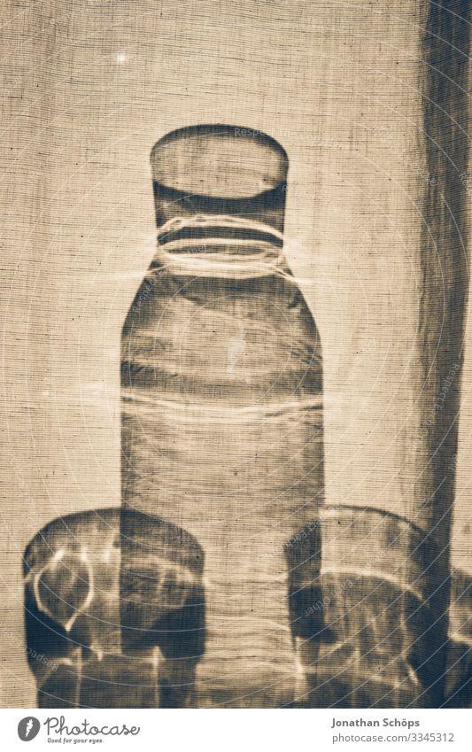 Glasflasche und Gläser stehen hinter einer Gardine im Sonnenlicht Silhouette Schatten Grundriss Gerichte Flasche Minimalismus Abstrakter schwarzer Hintergrund