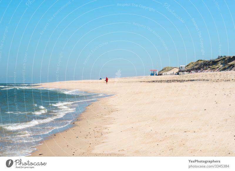 Strandlandschaft und das Nordseewasser auf Sylt Erholung Sommer Sommerurlaub Meer Wellen Sand Schönes Wetter Küste maritim Insel Friesland Deutscher Strand