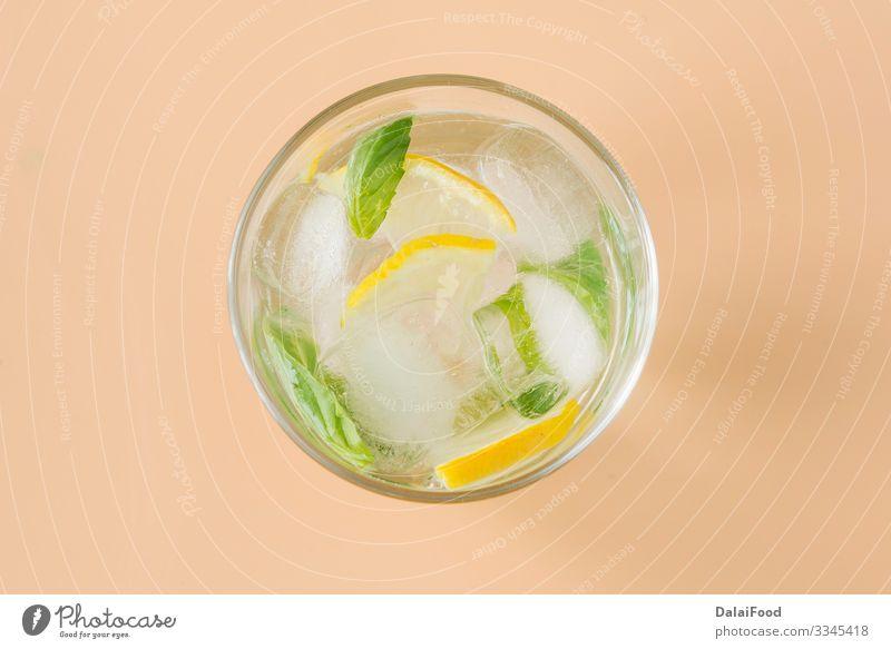 Basilikum-Limonade Erfrischungsgetränk für den Sommer Frucht Getränk Saft Alkohol Tisch Blatt Holz Coolness grün Hintergrund brauner Hintergrund Zitrusfrüchte