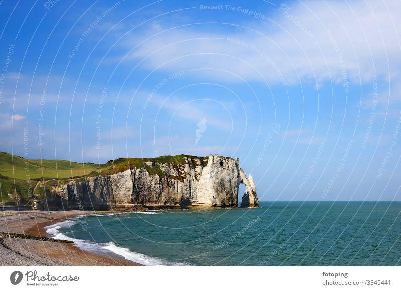 Etretat Ferien & Urlaub & Reisen Tourismus Ausflug Sightseeing Sommer Sonne Strand Meer Landschaft Wasser Wolken Küste Stadt Sehenswürdigkeit natürlich blau