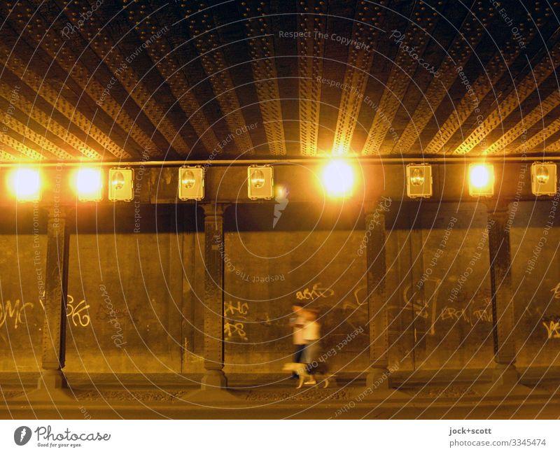Unterführung einer alten Brücke, Paar mit Hund bewegen sich mit Unschärfe Berlin-Tempelhof Tunnel Fußgänger Bürgersteig Tunnelbeleuchtung Beton gehen leuchten
