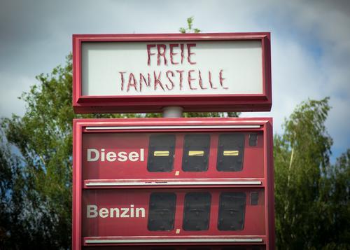 Freie Tankstelle, Diesel Benzin und Ende Energiekrise Baum Kreuzberg Preisliste Typographie Anzeige eckig kaputt retro rot Umweltverschmutzung Vergangenheit