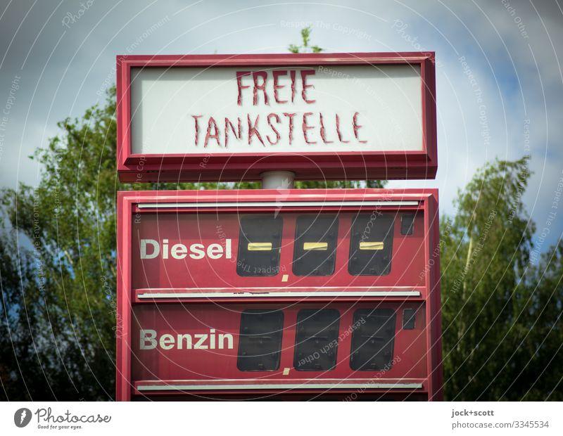 Freie Tankstelle, Diesel Benzin und Ende Handel Energiekrise Sommer Baum Kreuzberg Preisliste Typographie Anzeige eckig frei kaputt retro Wärme rot Stimmung
