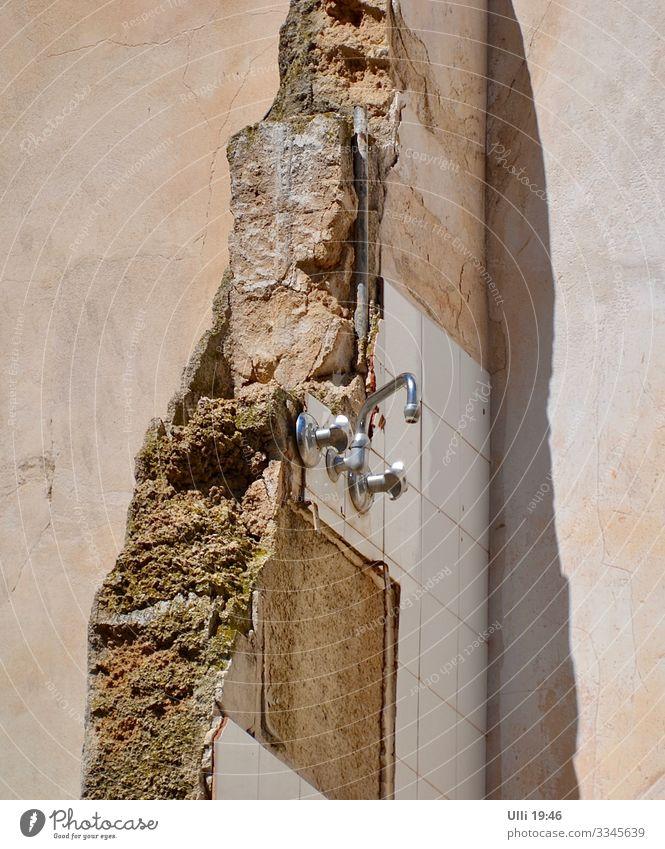 Küche oder Bad? Kleinstadt Altstadt Menschenleer Haus Mauer Wand Fassade Wasserhahn Stein Metall alt authentisch eckig hässlich historisch kaputt braun