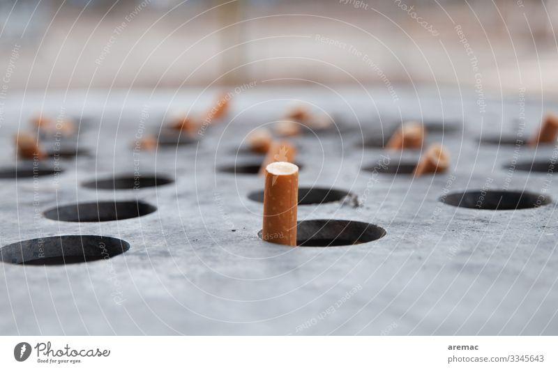 Zigarettenenden in einem Abfalleimer Rauchen gelb grau Zigarettenstummel entsorgen Aschenbecher Müllbehälter Farbfoto Außenaufnahme Textfreiraum oben