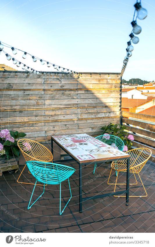 Terrasse mit Tisch und Stühlen Design Erholung Sommer Dekoration & Verzierung Möbel Stuhl Pflanze Himmel Holz modern bequem Girlanden-Glühbirnen Holzblende
