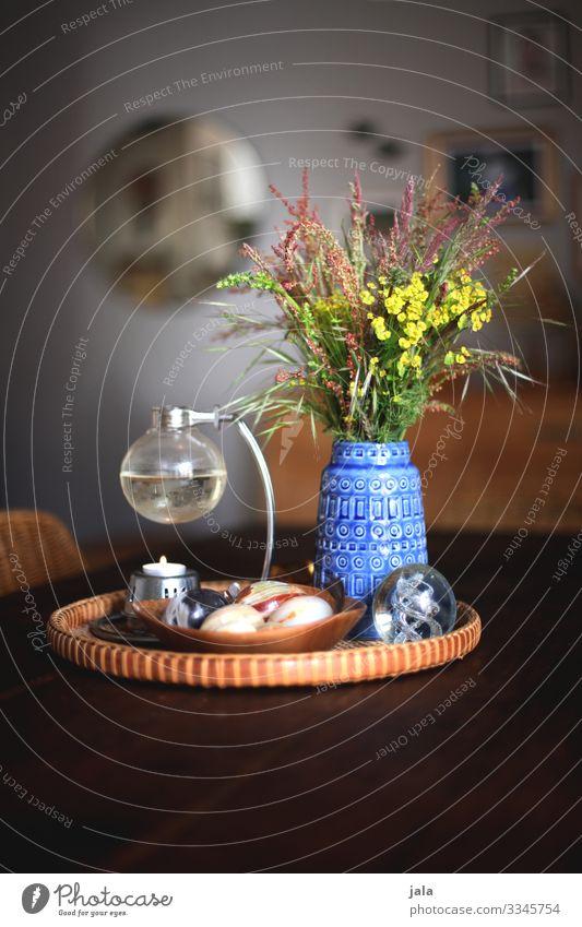 deko Lifestyle Häusliches Leben Wohnung Tisch Dekoration & Verzierung Kerze Blumenstrauß Kitsch Krimskrams Sammlerstück ästhetisch Farbfoto Innenaufnahme