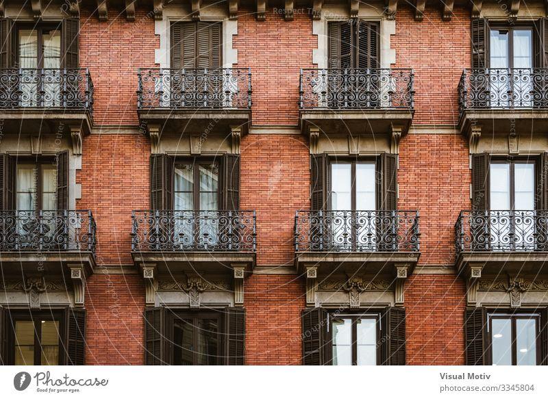 Rote Backsteinfassade mit Balkonen Design Wohnung Gebäude Architektur Fassade Ornament modern Farbe Symmetrie architektonisch Außenseite rote Ziegelsteine urban