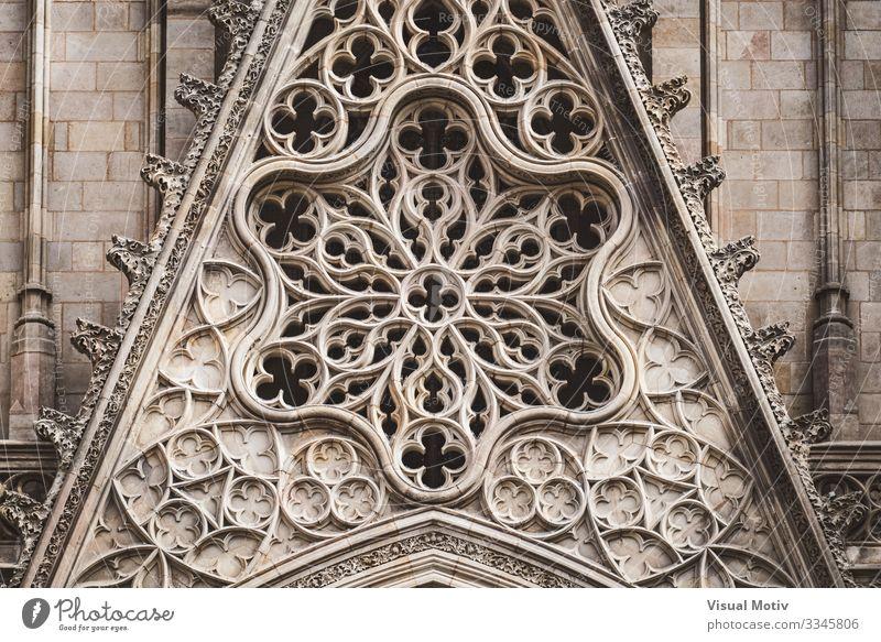 Detail einer Rosette und filigrane Skulpturen an der Vorderseite einer gotischen Kathedrale Rundfenster Basilika Architektur architektonisch Schnitzereien