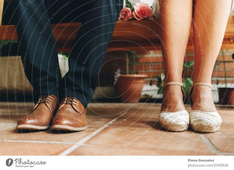 Die Schuhe des Bräutigams und der Braut und ihr kleiner Hochzeitsstrauß. Feste & Feiern feminin Frau Erwachsene Rose Blumenstrauß Liebe Zusammensein Gefühle