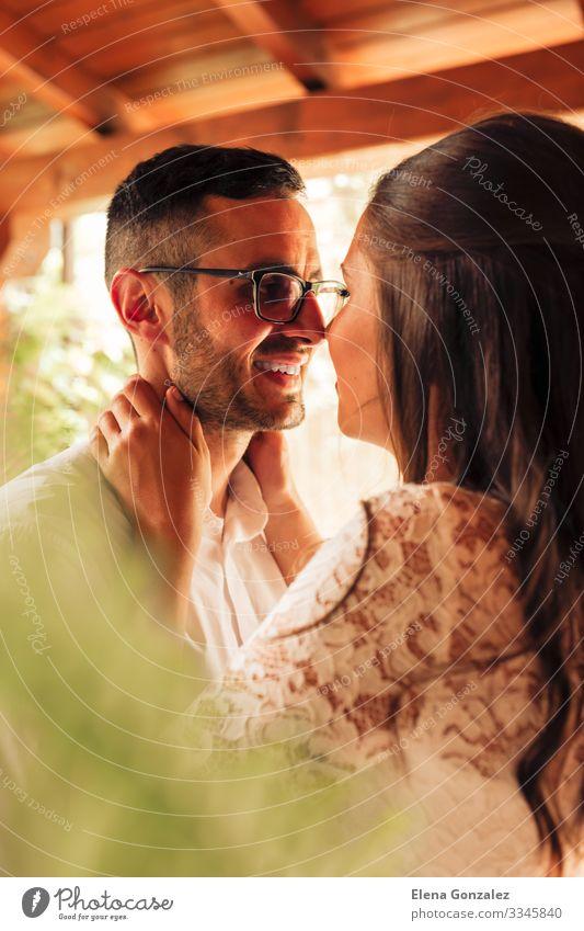 Nahaufnahme eines neuvermählten Paares, das sich streichelt Feste & Feiern Hochzeit Frau Erwachsene Mann Finger Rose Blumenstrauß Küssen Liebe Gefühle Romantik
