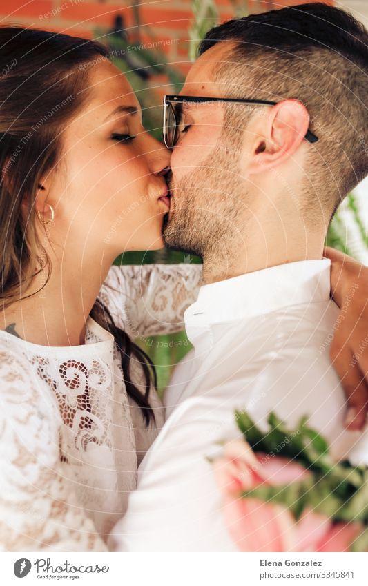 Neuvermähltes Paar mit geschlossenen Augen und Küssen Feste & Feiern Hochzeit Frau Erwachsene Mann Finger Rose Blumenstrauß Liebe Gefühle Romantik Ewigkeit
