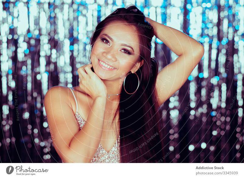 Charmante stilvolle Asiatin mit langen Haaren schaut in die Kamera Frau Kleid Glamour stylisch Mode Dame elegant Model Reichtum Erwachsener attraktiv asiatisch