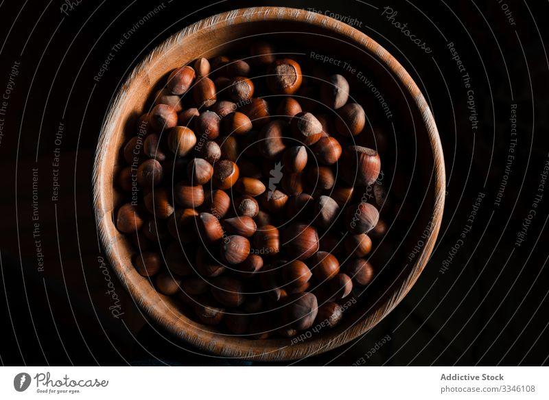 Ernte von reifen Haselnüssen in Holzschale Haselnuss Nut Schalen & Schüsseln satt Haufen Tisch Gesundheit Lebensmittel Nussschale haselnussbraun Bestandteil