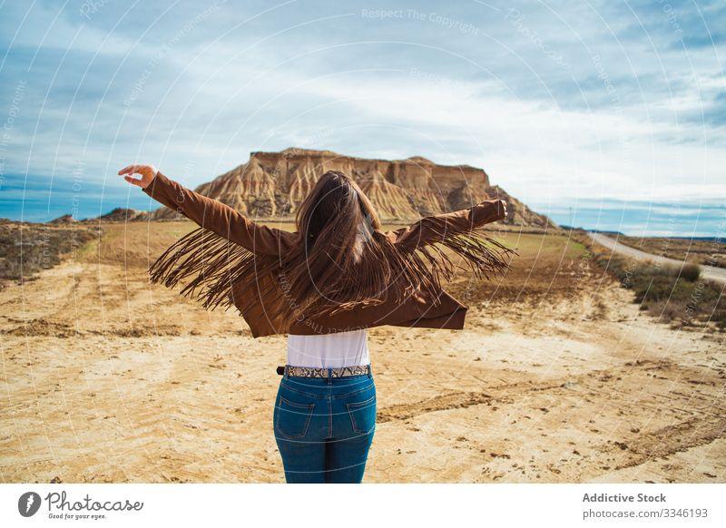Nicht wiedererkennbare Frau genießt Reise in der Wüste genießen reisen Urlaub erhobene Hände lässig stylisch Sommer wüst Ausflug Tourismus Blauer Himmel Natur