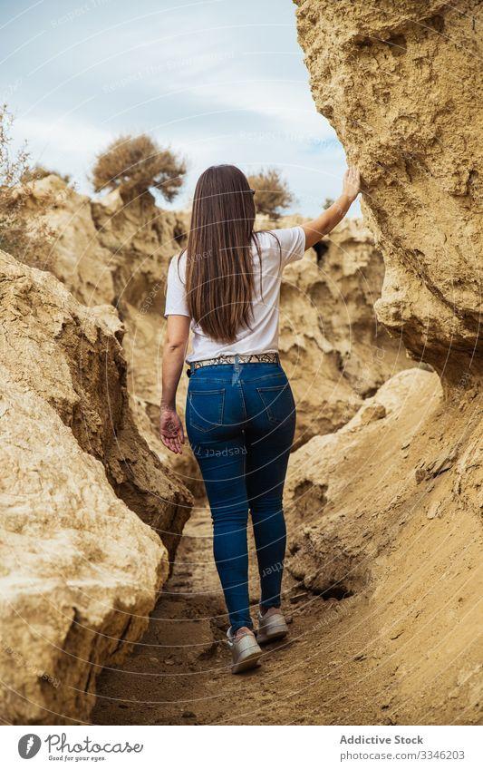 Anonyme Touristin erkundet menschenleeres Gelände mit Klippen reisen Schlucht Frau erkundend Stein Durchgang Tourismus Aktivität extrem lässig Himmel wüst Natur